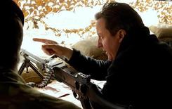 <p>Премьер-министр Великобритании Дэвид Кэмерон на базе 2 между городами Лашкар Гах и Герешк 6 декабря 2010 года. Премьер-министр Великобритании Дэвид Кэмерон во время неанонсированного визита в Афганистан выразил уверенность, что с начала 2011 года начнется постепенный вывод британских войск из страны. REUTERS/Leon Neal/Pool</p>