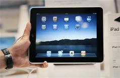 <p>Les livraisons aux distributeurs de l'iPad 2 d'Apple pourraient commencer dès la fin février, selon le site DigiTimes. /Photo d'archives/REUTERS/Vivek Prakash</p>