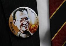 <p>El ganador del Nobel de la Paz, Liu Xiaobo, en una placa con su imagen en China. Dic 8 2010 China está oprimiendo a los disidentes antes de la ceremonia de entrega del premio Nobel de la paz al disidente Liu Xiaobo, ampliando el boicot para evitar que amigos y familiares asistan a la gala el viernes. REUTERS/Bobby Yip</p>