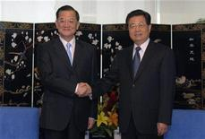 <p>Chinese President Hu Jintao (R) shakes hands with the honorary chairman of Taiwan's ruling Nationalist Party Lien Chan during a meeting on the sidelines of the Asia-Pacific Economic Cooperation (APEC) summit in Lima November 21, 2008. REUTERS/Handout</p>