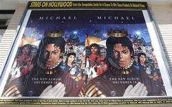 """<p>Постеры с рекламой нового альбома Майкла Джексона """"Michael"""" в Голливуде 8 декабря 2010 года. Спустя 18 месяцев после смерти Майкла Джексона вышел сентиментальный клип на его песню """"Hold My Hand"""" в преддверии релиза альбома музыканта. REUTERS/Fred Prouser</p>"""