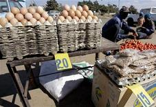 <p>Traders arrange their groceries at an open air stall in Highfield Harare, July 17 2008. REUTERS/Philimon Bulawayo</p>