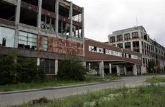 <p>The abandoned and decaying Packard Motor Car Manufacturing plant, built in 1907 and designed by Albert Kahn, is seen near downtown Detroit, Michigan June 21, 2009. REUTERS/Rebecca Cook</p>