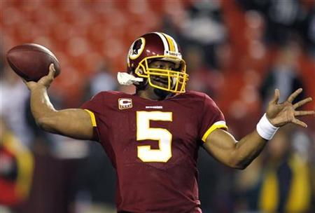 Washington Redskins quarterback Donovan McKnabb warms up before their NFL football game against the Philadelphia Eagles in Landover, Maryland November 15, 2010. McNabb agreed to a long-term contract extension with the Redskins two weeks after the six-time Pro Bowl quarterback was benched late in a game, the NFL team said on Monday. REUTERS/Jason Reed