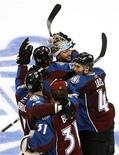 """<p>Игроки """"Колорадо"""" радуются победе над """"Сан-Хосе"""", Денвер 18 апреля 2010 года. """"Колорадо"""" дома обыграл """"Монреаль"""" со счетом 3-2 в матче регулярного чемпионата Национальной хоккейной лиги (НХЛ) в воскресенье вечером, одержав шестую победу кряду. REUTERS/Rick Wilking</p>"""