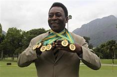 <p>Pelé exibe as seis medalhas de campeão brasileiro entregues nesta quarta-feira pela Confederação Brasileira de Futebol (CBF), que unificou os títulos nacionais. REUTERS/Bruno Domingos</p>