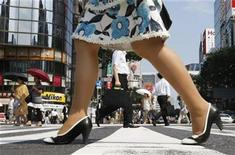 <p>Pedestrians walk past on a pedestrian crossing at Tokyo's Ginza shopping district July 16, 2009. REUTERS/Issei Kato</p>