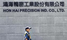 <p>Le siège de Hon Hai Precision Industry Co à Tucheng, dans le nord de Taiwan. Le groupe taiwanais va supplanter Sharp pour devenir le numéro un mondial des écrans LCD de petite et moyenne taille en acquérant une participation majoritaire dans une filiale d'écrans d'Hitachi pour environ 910 millions d'euros, selon le quotidien Nikkei. /Photo prise le 8 juin 2010/REUTERS/REUTERS/Pichi Chuang</p>