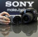 """<p>Sony investira 1,2 milliard de dollars (912 millions d'euros) au cours de son prochain exercice pour doubler sa production de capteurs d'images, profitant de la demande en caméras numériques et """"smartphones"""". /Photo prise le 10 août 2010/REUTERS/Toru Hanai</p>"""