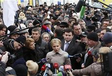 <p>Бывший премьер-министр Украины Юлия Тимошенко общается с журналистами у здания Генпрокуратуры в Киеве 20 декабря 2010 года. Власти США заявили в четверг, что борьба с коррупцией на Украине после смены власти в начале года все больше приобретает характер преследования политических оппонентов. REUTERS/ Konstantin Chernichkin</p>
