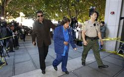 <p>Jackie Jackson e a mãe Katherine chegam a um tribunal de Los Angeles. 04/01/2011 REUTERS/Mario Anzuoni</p>