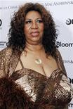 """<p>Foto de archivo de la cantante Aretha Franklin durante un concierto benéfico del teatro Apollo en Nueva york, jun 14 2010. Sin confirmar los reportes sobre una batalla contra el cáncer o sin siquiera explicar por qué estaba enferma, la leyenda de la música soul Aretha Franklin dijo el jueves a una revista que se siente """"de maravillas"""" tras una reciente cirugía. REUTERS/Natalie Behring</p>"""