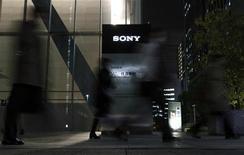 <p>Sony, qui est absent du marché des tablettes multimédia, assure néanmoins viser d'ici 2012 le deuxième rang mondial derrière Apple. /Photo d'archives/REUTERS/Toru Hanai</p>