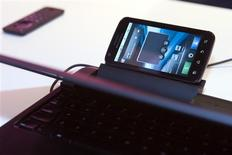 """<p>Motorola Mobility a dévoilé un nouveau type d'équipement, une station d'accueil baptisée """"lapdoc"""" permettant de transformer un smartphone en mini-PC, comptant sur cet accessoire pour se démarquer dans un secteur particulièrement concurrentiel. /Photo prise le 6 janvier 2011/REUTERS/Steve Marcus</p>"""
