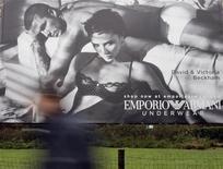 <p>Foto de archivo de un cartel publicitario de la campaña de Armani en la que participaron David y Victoria Beckham. Ene 20, 2009. REUTERS/Alessandro Garofalo</p>