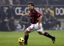<p>Antonio Cassano, do Milan, controla a bola contra o Udinese no estádio de San Siro, em Milão, 9 de janeiro de 2011. REUTERS/Alessandro Garofalo</p>