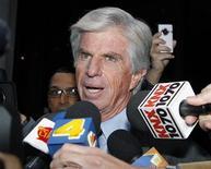 <p>Advogado do médico Conrad Murray fala com a imprensa ao deixar o tribunal em Los Angeles. Um juiz determinou na terça-feira que o médico deve ser julgado sob a acusação de homicídio culposo pela morte do astro do pop. 11/01/2011 REUTERS/Fred Prouser</p>