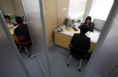 <p>A Japanese new graduate, who wishes to be called Shinji (R), speaks with a counsellor inside a compartment at Tokyo Metropolitan Government Labor Consultation Center in Tokyo in this April 8, 2010 file photo. REUTERS/Yuriko Nakao</p>