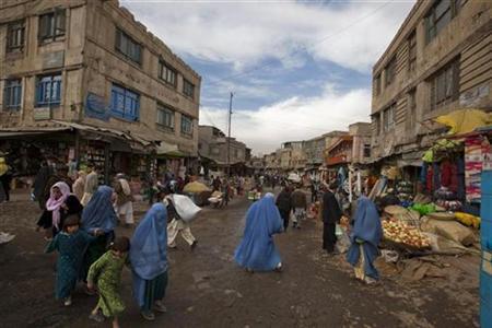 Afghans walk along in a bazaar in Kabul November 21, 2010. REUTERS/Ahmad Masood