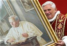 <p>File photo of Pope Benedict XVI's holding a portrait of the late Pope John Paul II during a meeting with the faithful at Wadowice, Poland May 27, 2006. REUTERS/Max Rossi/Files</p>
