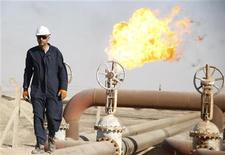 <p>عامل في حقل للنفط بالبصرة جنوبي العراق يوم 28 نوفمبر تشرين الثاني 2010. تصوير. عاطف حسن - رويترز</p>