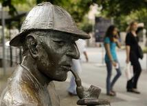 <p>Foto de archivo de una estatua de bronce con la figura del personaje literario Sherlock Holmes en Meiringen, Suiza, jul 6 2010. Holmes volverá a la vida en la primera novela en ser oficialmente aprobada sobre el genial detective de la calle Baker. REUTERS/Arnd Wiegmann</p>