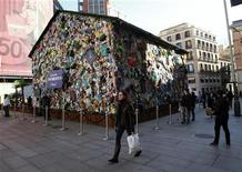 <p>People walk by the Corona Save the Beach Hotel, an unusual hotel built with garbage, in central Madrid January 20, 2011. REUTERS/Andrea Comas</p>