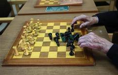 <p>Imagen de archivo de un hombre ordenando un tablero de ajedrez en Madrid, ene 13 2011. Los jugadores profesionales de ajedrez suelen dejar perplejos a sus seguidores con su capacidad de realizar movimientos letales para sus oponentes rápida e intuitivamente, pero un estudio japonés publicado el viernes habría revelado su secreto. REUTERS/Andrea Comas</p>