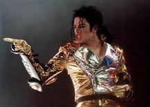 """<p>Foto de archivo del fallecido cantante pop Michael Jackson durante un concierto en Praga, sep 7 1996. El patrimonio de Michael Jackson demandó el jueves a un empresario que se unió con la madre del cantante para vender recuerdos relacionados con el difunto """"rey del pop"""" en el sitio de internet jacksonsecretvault.com. REUTERS/Petr David Josek</p>"""