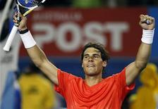 <p>Rafael Nadal comemora vitória contra Marin Cilic no Aberto da Austrália. Nadal arrasou na segunda-feira o croata (6-2, 6-4 e 6-3), e passou às quartas de final do torneio. 24/01/2011 REUTERS/Tim Wimborne</p>