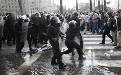 <p>Anti-government protesters clash with police in downtown Cairo January 25, 2011. Thousands of Egyptians demanded an end to President Hosni Mubarak's 30-year rule and clashed with police on Tuesday, in unprecedented protests inspired by the revolt that brought down Tunisia's president. REUTERS/Asmaa Waguih</p>