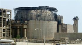 <p>L'attaque du réacteur nucléaire de Bouchehr (photo), en Iran, par le virus informatique Stuxnet aurait pu déclencher une catastrophe de l'ampleur de celle de Tchernobyl et l'Otan devrait enquêter sur cet incident, selon la Russie. /Photo prise le 21 août 2010/REUTERS/Raheb Homavandi</p>