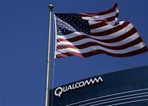 <p>Qualcomm va relever sa prévision de chiffre d'affaires pour l'ensemble de l'exercice 2010-2011 au vu de l'accélération de ses ventes de puces pour terminaux mobiles. /Photo d'archives/REUTERS/Mike Blake</p>