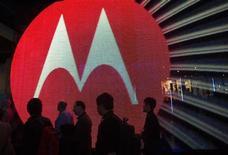 <p>Motorola Mobility a annoncé mercredi qu'il accuserait une perte au premier trimestre 2011 en raison d'une intensification de la concurrence de l'iPhone d'Apple, des prévisions qui font reculer le titre du groupe de près de 6% en après-Bourse. /Photo prise le 7 janvier 2011/REUTERS/Steve Marcus</p>
