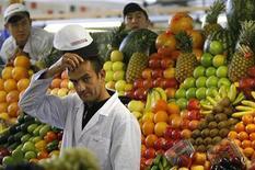 <p>Мужчина продает фрукты на рынке в Москве, 13 октября 2008 года. Продовольственная и сельскохозяйственная организация Объединенных Наций (ФАО) посоветовала в среду странам-производителям продуктов питания не вводить экспортные барьеры для защиты внутренних рынков, так как цены на еду в мире подошли вплотную к тем уровням, которые вызвали продовольственные бунты в 2007/08 годах. REUTERS/Denis Sinyakov</p>