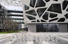 <p>Le numéro un chinois du commerce en ligne Alibaba a reporté sine die son projet d'introduction en Bourse de ses filiales. Alibaba, détenu à 40% par l'américain Yahoo, possède la principale plate-forme d'e-commerce chinoise, Taobao, et le premier système de paiement en ligne, Alipay. /Photo d'archives/REUTERS/Lang Lang</p>