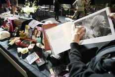 <p>SAG Award Committee member Shelley Fabares presents collectibles from the SAG Foundation Benefit Auction during preparations for the 13th annual Screen Actors Guild Awards at Shrine auditorium in Los Angeles January 26, 2007. REUTERS/Mario Anzuoni</p>