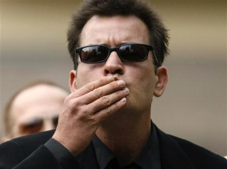 Actor Charlie Sheen blows kisses towards fans as he arrives for a sentencing hearing at the Pitkin County Courthouse in Aspen, Colorado, August 2, 2010. REUTERS/Rick Wilking