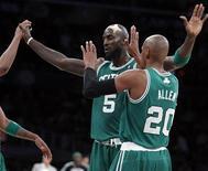 """<p>Игроки """"Бостона"""" радуются победе в игре против """"Лос-Анджелес Лейкерс"""", 30 января 2011 года. """"Бостон"""" взял частичный реванш за поражение в финале предыдущего плей-офф Национальной баскетбольной ассоциации (НБА), обыграв в ночь на понедельник """"Лос-Анджелес Лейкерс"""" 109-96. REUTERS/Alex Gallardo</p>"""