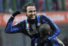<p>Giampaolo Pazzini do Inter de Milão comemora com seu colega Maicon após marcar gol durante jogo contra o Palermo. O substituto marcou duas vezes e sofreu um pênalti em uma estreia pela Inter de Milão, numa partida emocionante neste domingo no Estádio Giuseppe Meazza. 30/01/2011 REUTERS/Paolo Bona</p>