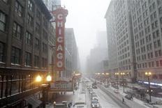 <p>Пешеход переходит дорогу под сильным снегом в Чикаго, 1 февраля 2011 года. Сильнейший снегопад в сопровождении сильного ветра и ледяного дождя обрушился на США во вторник, приведя к отмене тысяч рейсов и введению чрезвычайной ситуации в ряде штатов. REUTERS/John Gress</p>