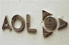 <p>Foto de archivo del logo de la firma AOL a las afueras de su casa matriz en Nueva York, mayo 28 2009. AOL reportó una ganancia mejor a la esperada en el cuarto trimestre, pero sus ingresos bajaron fuertemente debido a una caída en las ventas de publicidad en internet y en las suscripciones de acceso telefónico. REUTERS/Lucas Jackson</p>