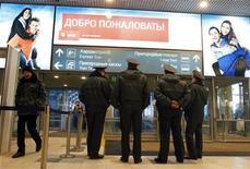 <p>Сотрудники милиции стоят рядом со входом в аэропорт Домодедово, 25 января 2011 года. Больше половины россиян считают смерть 36 человек от рук смертника в Домодедово провалом спецслужб и милиции, но по-прежнему уповают на их защиту и верят в насилие как способ решения проблемы терроризма, показал опрос Левады-центра. REUTERS/Tatyana Makeyeva</p>
