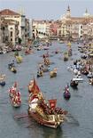 <p>Les Vénitiens sont furieux: la propriété du Grand Canal, qui court sur quatre kilomètres à travers la Sérénissime, vient d'être transférée de la municipalité de Venise à l'Etat italien. /Photo d'archives/REUTERS/Alessandro Bianchi</p>
