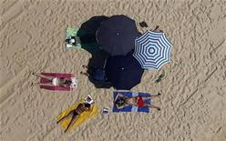 <p>People sunbathe on a beach of Pinheiro da Cruz, Portugal, August 8, 2009. REUTERS/Nacho Doce</p>