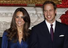 <p>Príncipe William e Kate Middleton no palácio St. James, em Londres. A futura esposa do príncipe tomou o lugar de Lady Gaga como a pessoa mais citada na temporada de moda que começa em Nova York em 10 de fevereiro. 16/11/2010 REUTERS/Suzanne Plunkett/Arquivo</p>