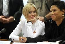 <p>Актриса Линдси Лохан и ее адвокат Шон Чэпман Холли в здании суда в Лос-Анджелесе 9 февраля 2011 года. Актриса Линдси Лохан в среду заявила о своей невиновности в краже ожерелья стоимостью $2.500 из ювелирного магазина в Лос-Анджелесе. REUTERS/Mario Anzuoni</p>
