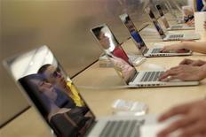 <p>Покупатели выбирают ноутбуки в магазине Apple в Шанхае, 10 июля 2010 года. Крупнейшая в России социальная сеть ВКонтакте, около 30 процентов которой принадлежит интернет-холдингу Mail.ru Group, прекратила свободную регистрацию пользователей, следует из сообщений ее представителей. REUTERS/Aly Song</p>