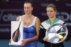 <p>Petra Kvitova (esq) ao lado de Kim Clijsters após vencer o Aberto de Paris, no estádio de Coubertin, em Paris. A nova número um do mundo se recusou a culpar uma pequena lesão no pescoço pela derrota por 6-4 e 6-3 para a tcheca na final do Aberto de Paris no domingo. 13/02/2011 REUTERS/Benoit Tessier</p>