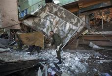 <p>Сотрудних службы безопасности Афганистана на месте взрыва экстремиста-смертника в Кабуле 14 февраля 2011 года. Экстремист-смертник в понедельник взорвал себя в отеле в центре Кабула, убив по меньшей мере трех человек и ранив еще несколько, сообщают власти Афганистана и представители западных войск. REUTERS/Ahmad Masood</p>